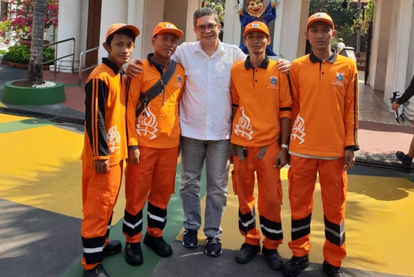 Direktur Utama PT Pembangunan Jaya Ancol Tbk, Teuku Sahir Syahali menyambut petugas PPSU yang berwisata ke Dunia Fantasi.
