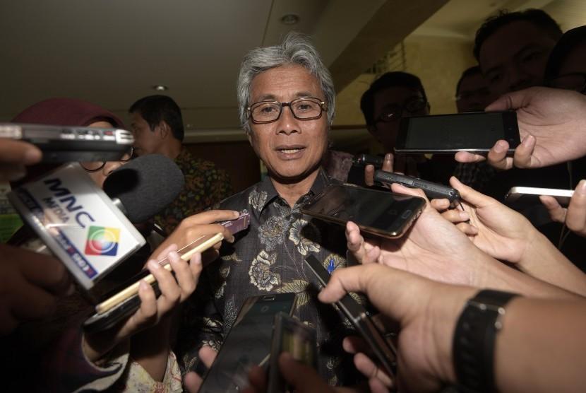Direktur Utama PT Pertamina (Persero) Dwi Soetjipto (tengah) memberikan keterangan kepada wartawan seusai mengikuti rapat terkait Blok Mahakam di Kantor Kemenko Kemaritiman, Jakarta, Selasa (23/8).