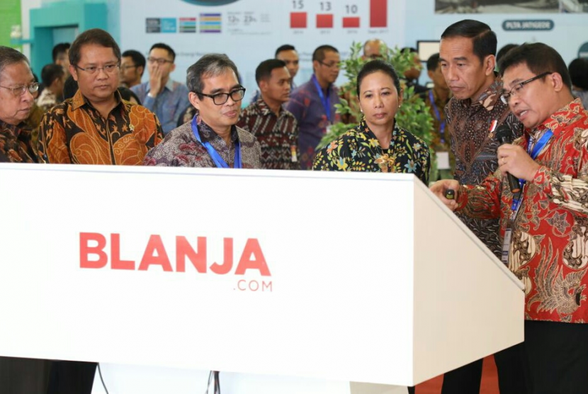 Direktur Utama Telkom Alex J. Sinaga mendampingi Presiden Joko Widodo di Indonesia Business & Development Expo 2017.
