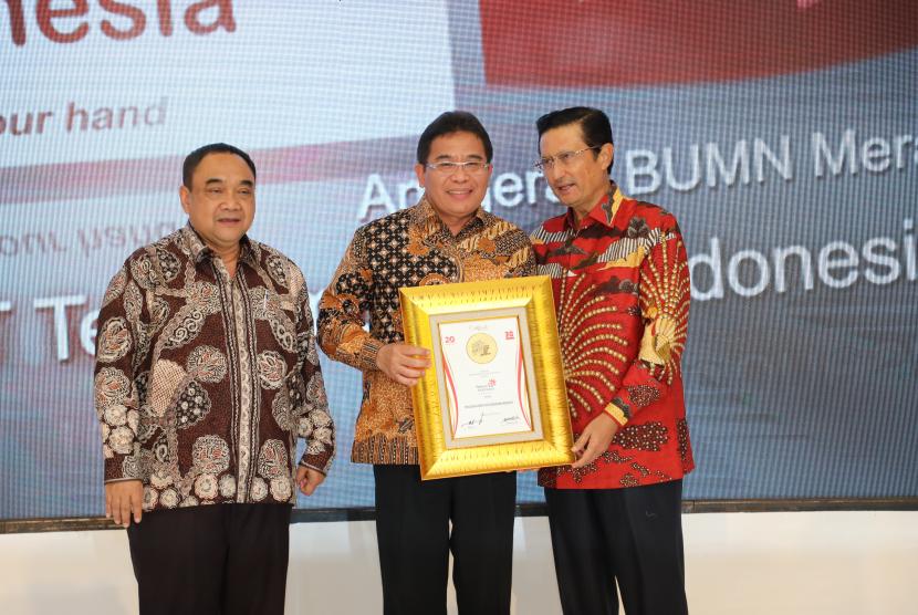 Direktur Utama Telkom Alex J. Sinaga (tengah) menerima Anugerah Indonesia Maju 2018-2019 atas Peran Telkom sebagai Penggerak Konektivitas Broadband Indonesia yang diserahkan oleh Direktur Utama Harian Rakyat Merdeka Margiono (kiri) dan Founder & Komisaris Warta Ekonomi Fadel Muhammad (kanan) di Jakarta, Senin (8/4).