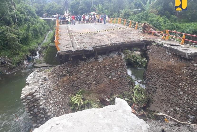 Dirjen Bina Marga Kementerian PUPR Sugiyartantosaat meninjau proses perakitan jembatan sementara bersama Gubernur Sumbar Irwan Prayitno, Rabu, (12/12).