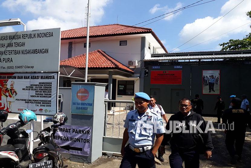 Dirjen Lapas Kemenkum HAM Sri Puguh Utami meninjau kondisi lembaga pemasyarakatan di Nusakambangan Kabupaten Cilacap, Sabtu (12/5). Peninjauan dilakukan pasca pemindahan napi teroris Rutan Makobrimob setelah terjadinya insiden di rutan tersebut.