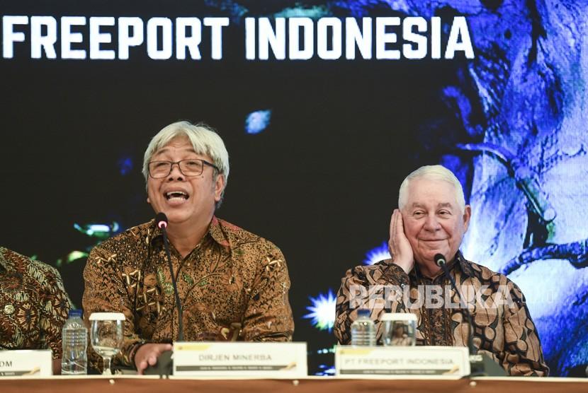 Dirjen Mineral dan Batubara Kementerian ESDM Bambang Gatot (kiri) bersama CEO Freeport McMoRan Richard Adkerson (kanan) memberikan keterangan pers seusai penyerahan Izin Usaha Pertambangan Khusus Operasi Produksi (IUPK) kepada PT Freeport Indonesia di Kementerian ESDM, Jakarta, Jumat (21/12/2018).