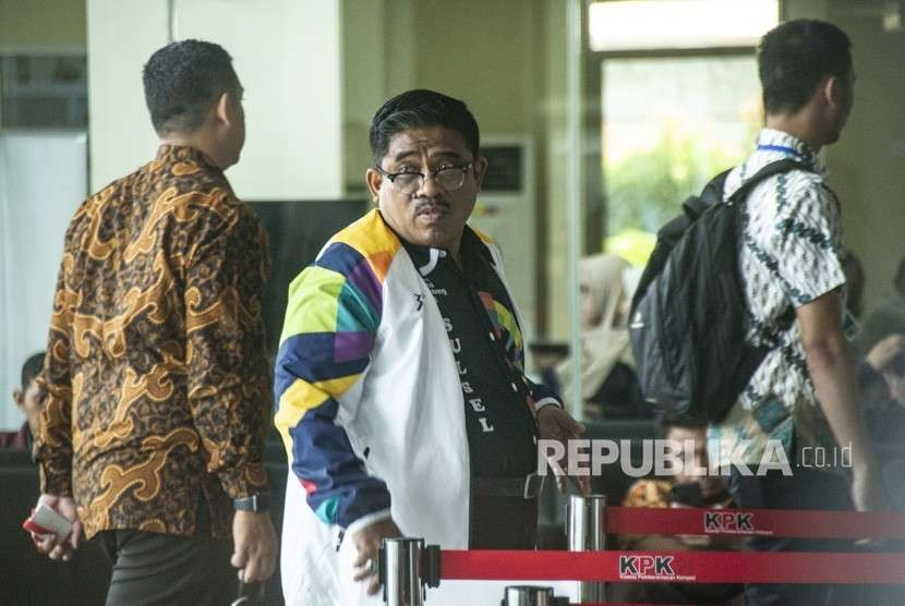 Dirjen Otonomi Daerah Kementerian Dalam Negeri Soni Sumarsono (tengah) bersiap menjalani pemeriksaan di gedung KPK, Jakarta, Kamis (9/8).