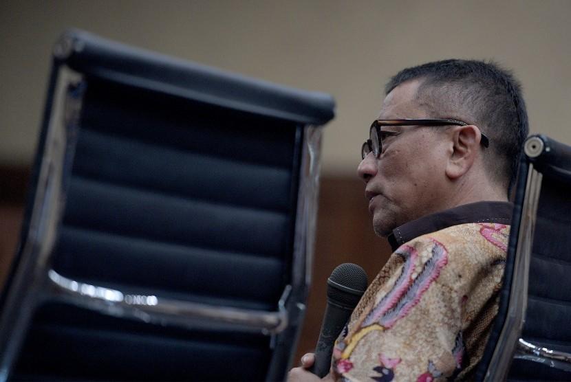Dirjen Pajak Ken Dwijugiasteadi memberikan kesaksian dalam sidang kasus suap pajak dengan terdakwa Handang Soekarno di Pengadilan Tipikor, Jakarta, Rabu (31/5).