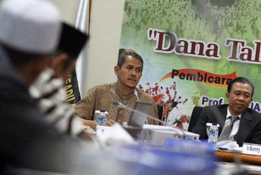 Dirjen Penyelenggara Haji dan Umrah Kementerian Agama Anggito Abimanyu (kedua kanan) dan Wakil Ketua Asosiasi Bank Syariah Indonesia yang juga Dirut Bank Syariah Mega Beny Witjaksono (kanan) menjadi pembicara dalam seminar 'Dana Talangan Haji, Solusi atau