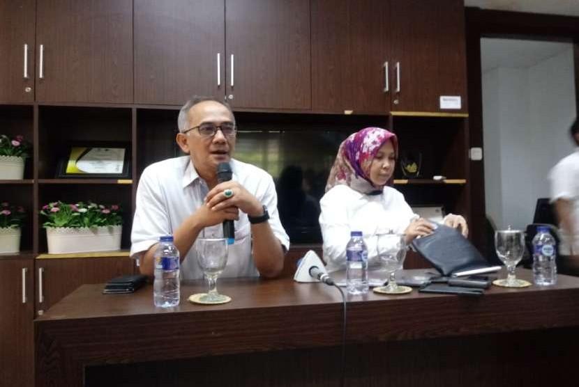 Dirjen Perdagangan Luar Negeri Kemendag Oke Nurwan (kiri) dalam konferensi pers di Kantor Kemendag, Jakarta, Senin (13/8).