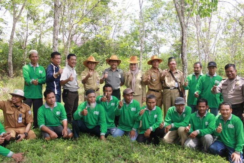 Dirjen Perkebunan, Bambang, saat mengunjungi kebun karet di Kabupaten Banjar, Kalimantan Selatan, bersama UPPB Maju Bersama, Senin (23/10).