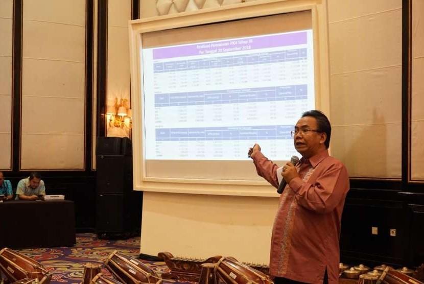 Dirjen Perlindungan dan Jaminan Sosial Kementerian Sosial Harry Hikmat, sedang presentasi terkait program keluarga harapan (PKH) di Bandung.