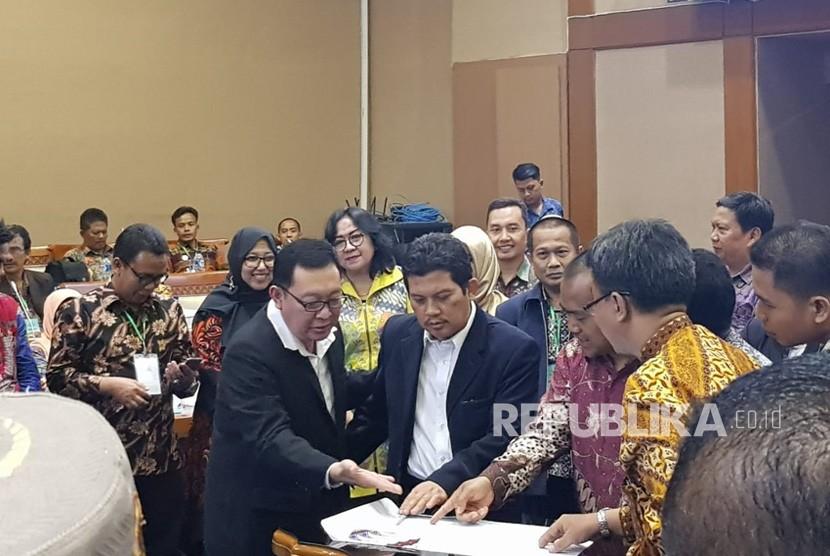 Dirjen Sumber daya Iptek dan dikti Kemeristekdikti Ali Gufron Mukti (kedua dari kiri) saat mengukuhkan pengurus DPP PDRI di  gedung DPR RI pada acara Munas 1 PDRI, ruang Nusantra 1, Jumat (26/10).
