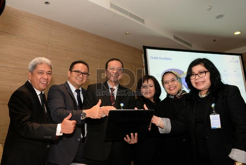 Dirut Bank BJB Ahmad Irfan (kiri) bersama jajaran direksi berbincang usai melakukan analyst meeting 1Q-2015 di Jakarta, Selasa (28/4)  (Republika/Prayogi)