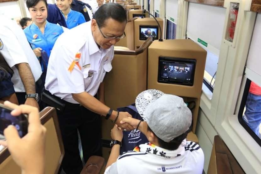 Dirut KAI Edi Sukmoro saat menyapa penumpang KA Sleeper Seat.