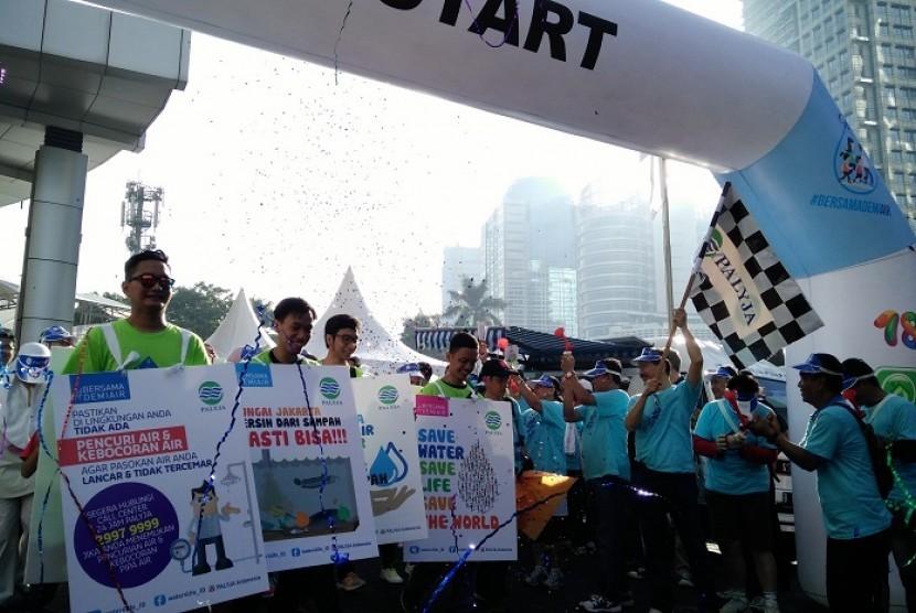 Dirut PAM Jaya, Erlan Hidayat melepas peserta 'Walk for Water' yang digelar PALYJA dalam rangka Hari Air Dunia