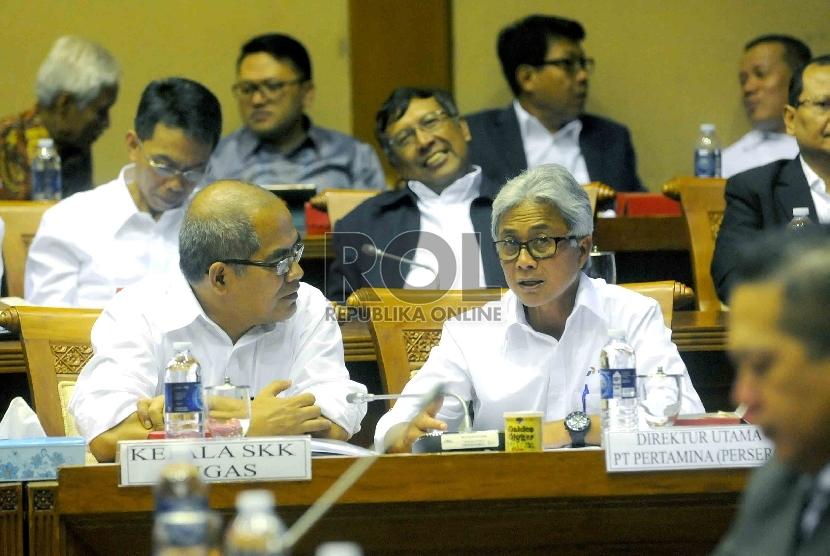 Dirut Pertamina Dwi Soetjipto (kanan) berbincang dengan Kepala SKK Migas Amien Sunaryadi (kiri) saat mengikuti rapat kerja antara Menteri ESDM Sudirman Said dengan Komisi VII DPR di Komplek Parlemen, Jakarta, Rabu (8/4).