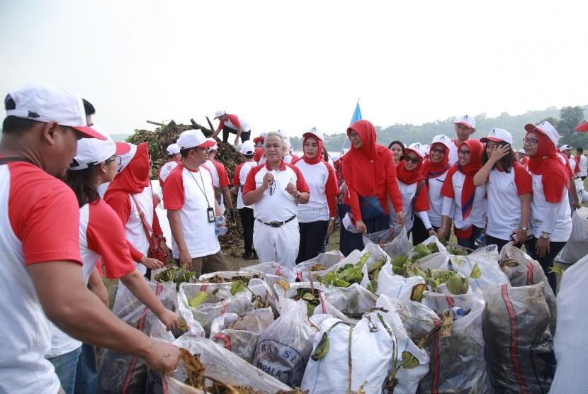 Dirut Perum Jasa Tirta II, U  Saefudin Noer (tengah, memegang mikrofon) seusai  bersama karyawannya bergotong-royong membersihkan eceng gondok dan sampah di perairan Waduk Jatiluhur.