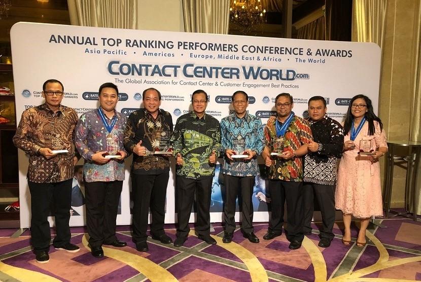 Dirut PT KAI, Edi Sukmoro dan jajarannya pada malam penganugerahan contact center award 2018 di Macau.