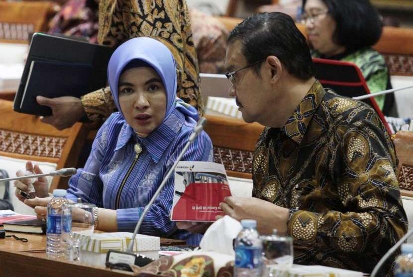 Dirut PT Pertamina (Persero) Nicke Widyawati (kiri) bersama Direktur Sumber Daya Manusia Kushartanto Koeswiranto (kanan) saat menghadiri Rapat Panja Migas dengan Komisi VII DPR di Kompleks Parlemen Senayan, Jakarta, Rabu (26/9).