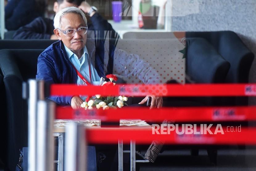 Dirut RS Medika Permata Hijau Hafil Budianto tiba untuk menjalani pemeriksaan di gedung KPK, Jakarta, Senin (22/1).