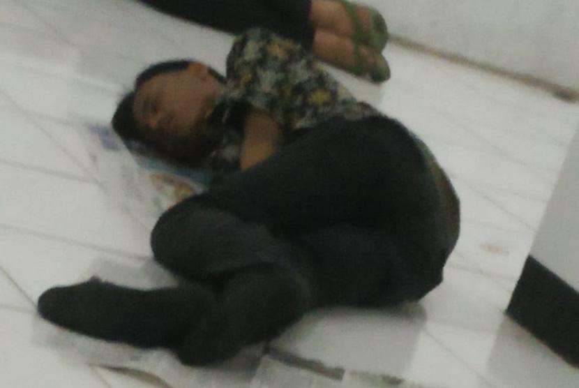 Disela-sela bertugas, Para anggota KPPS di RW 01, Kelurahan Nyengseret,  Kecamatan Astana Anyar, Kota Bandung mencari waktu untuk beristirahat  dimanapun. Waktu pnyelenggaraan pemilu yang ketat membuat waktu istirahat  menjadi berkurang.