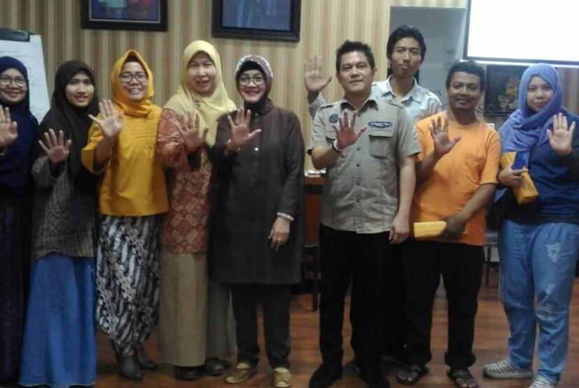 """Diskusi dan sarasehan """"Upaya Mengoptimalkan Penegakan Undang-Undang (UU) Pornografi dan Isu-Isu Terkait"""" yang diadakan oleh JMS Center bekerjasama dengan Perhimpunan Masyarakat Tolak Pornografi (MTP), Komite Pemberantasan Pornografi dan Pornoaksi Indonesia (KIP3), dan Gerakan JBDK , Kamis, 16 Mei 2019 di Perpustakaan Al Iskandariy, Duren Sawit, Jakarta Timur. Dalam kesempatan tersebut, hadir juga sebagai pembicara Azimah Subagijo, Ketua Umum Perhimpunan MTP, Juniwati Masjchun Sofwan Ketua KIP3, dan Adil Quarta Anggoro Ketua Divisi Pelatihan Perhimpunan MTP."""
