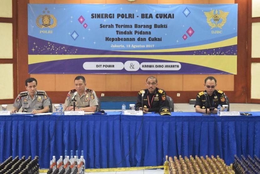 Ditpolair melakukan serah terima barang bukti 6.900 botol minuman keras dan 58 pax cerutu ilegal tersebut kepada Bea Cukai Jakarta, Sabtu (12/8).