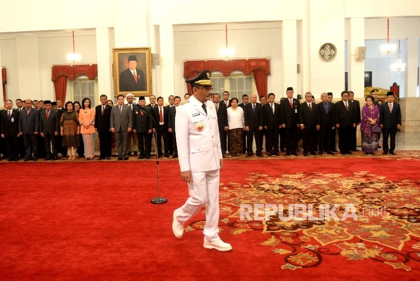 Djarot Saiful Hidayat mengikuti pengambilan sumpah pada acara plantikan Gubernur DKI Jakarta oleh Presiden Joko Widodo di Istana Negara, Jakarta, Kamis (15/6).