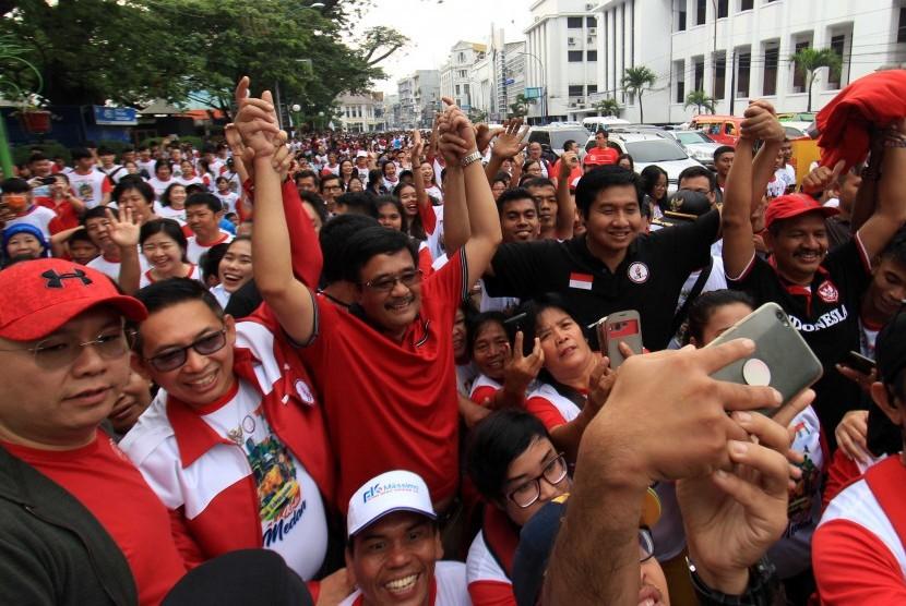 Djarot Saiful Hidayat (tengah) saat mengikuti kirab kebangsaan bersama masyarakat di Medan, Sumatera Utara, Minggu (21/1).