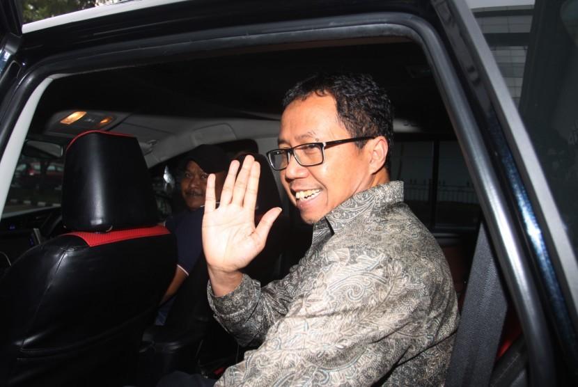 Djoko Driyono Diperiksas Polisi: Plt Ketua Umum PSSI Joko Driyono (tengah) melambaikan tangan kepada wartawan usai menjalani pemeriksaan digedung Dit Res Krimum, Polda Metro Jaya, Jakarta, Jumat (22/2/2019).