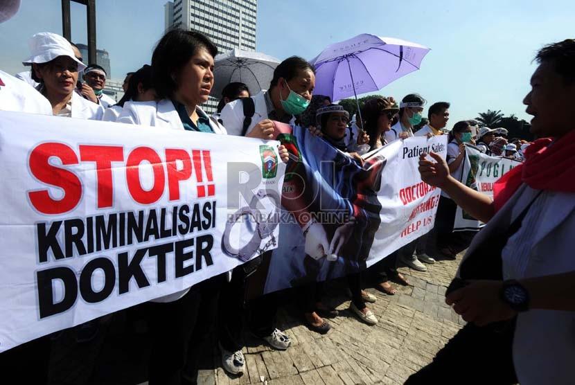 Sejumlah dokter melakukan aksi solidaritas tolak kriminalisasi dokter di kawasan Bundaran Hotel Indonesia, Jakarta, Rabu (27/11).  (Republika/Tahta Aidilla)