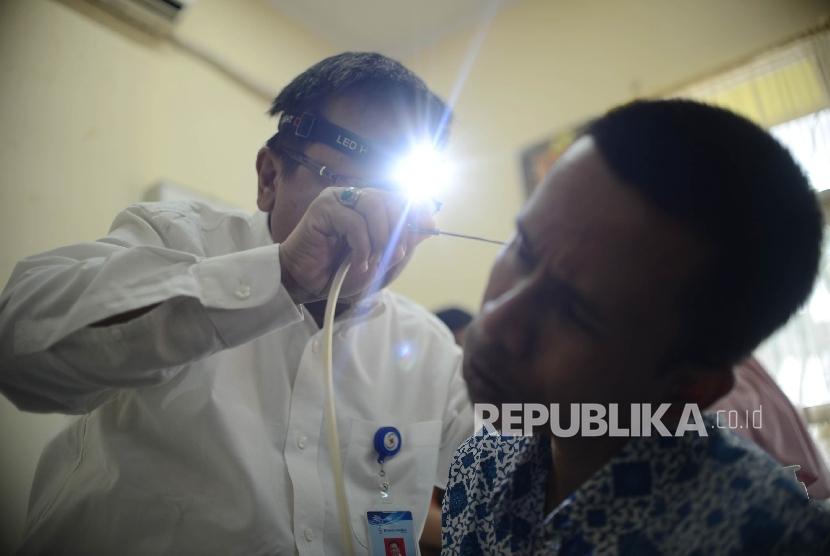 Dokter melakukan pembersihan kotoran telinga kepada warga tuna netra saat peringatan Hari Kesehatan Telinga dan Pendengaran di Panti Sosial Bina Cahaya Bathin, Jakarta, Jumat (3/3).