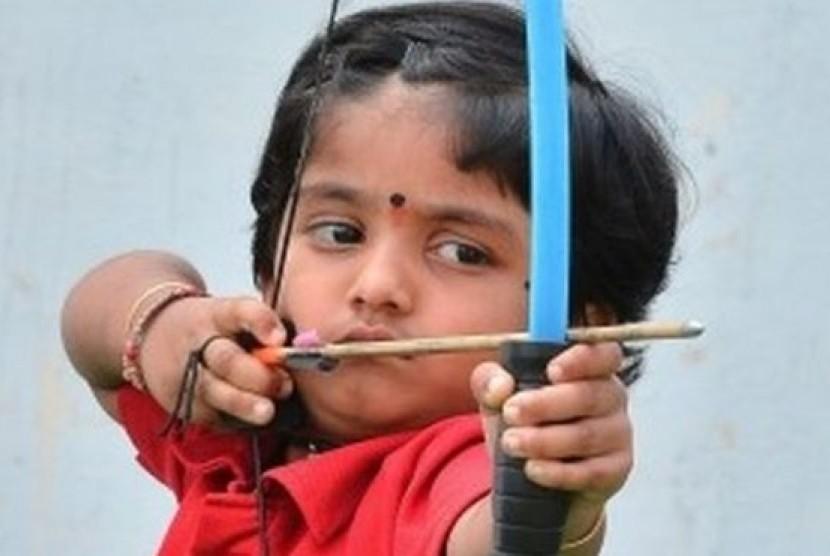 Dolly Shivani Sherukuri saat sedang melakukan aksi memanahnya