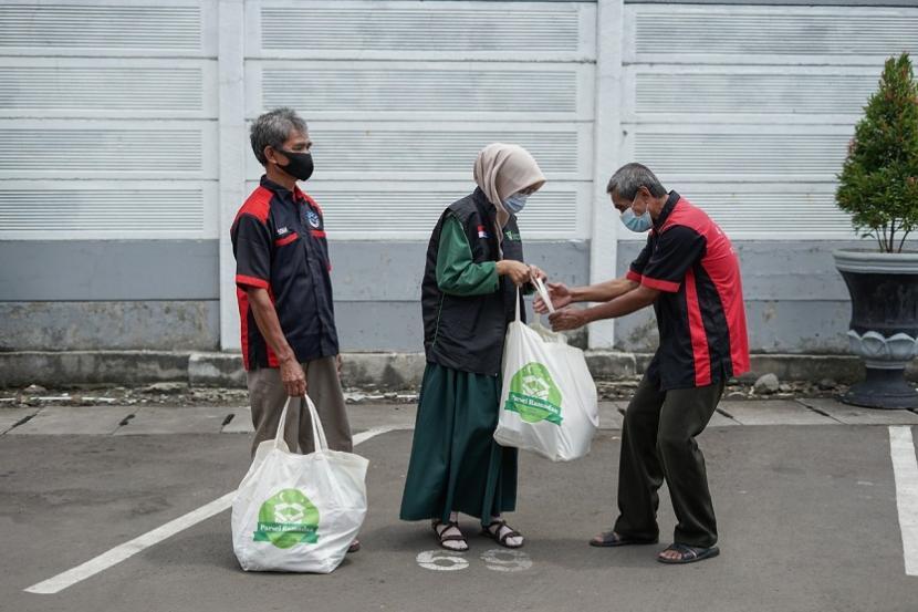 Dompet Dhuafa berbagi parsel yang berisi makanan dan uang tunai bagi para porter stasiun