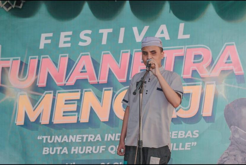 Dompet Dhuafa bersama Kawan Netra menggelar Festival Tuna Netra Mengaji (FTM) di Surabaya, Ahad (24/10), yang terdiri dari serangkaian acara lomba Alquran dan pentas mengaji bagi tuna netra yang telah berjuang melawan keterbatasannya dalam belajar membaca Alquran Braille.