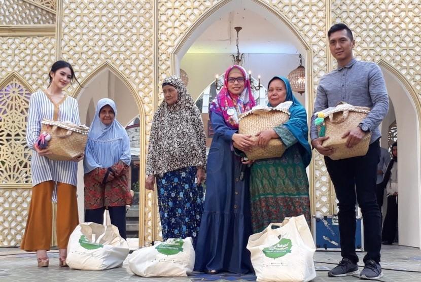 Dompet Dhuafa menyalurkan donasi kepada mustahik di acara Ramadhan Festive yang berlangsung di Central Park Mall, Jakarta, Sabtu (9/6).