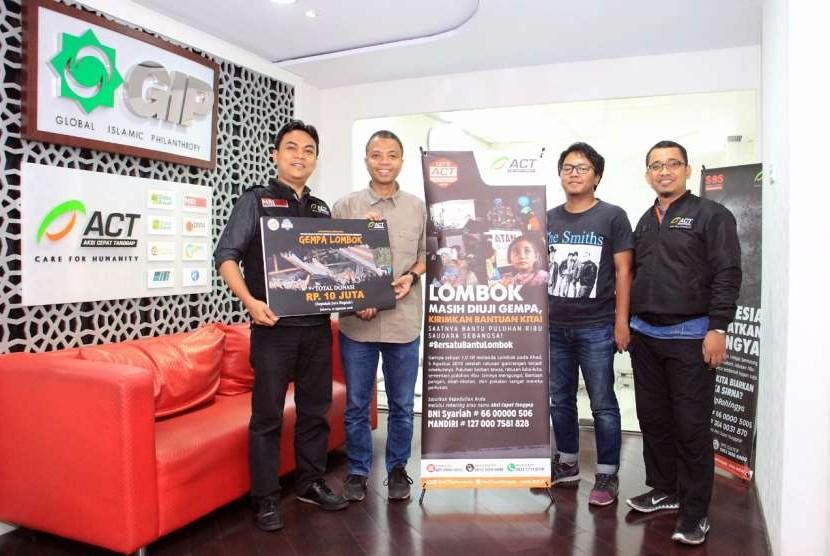 Donasi Gempa Bumi Lombok - Forwot  (1 dan 2) : (Kiri-Kanan) Muhammad Basair - Head of Corporate Partnership ACT; Indra Prabowo - Ketua Umum FORWOT; Ekawan Raharja - anggota FORWOT; dan Dwi Setyo - Head of Partnership ACT.