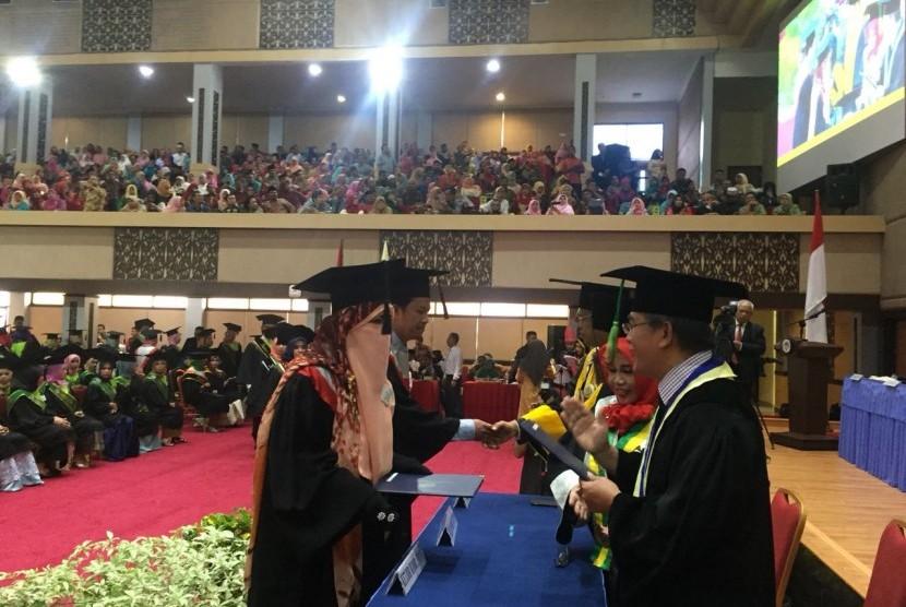 Dosen IAIN Bukittinggi Hayati Syafri yang terpaksa libur mengajar karena keputusannya bercadar. Hayati saat mengikuti wisuda doktor di Universitas Negeri Padang (UNP), Jumat (16/3). Wisuda juga dihadiri Kepala Staf Kepresidenan Moeldoko.