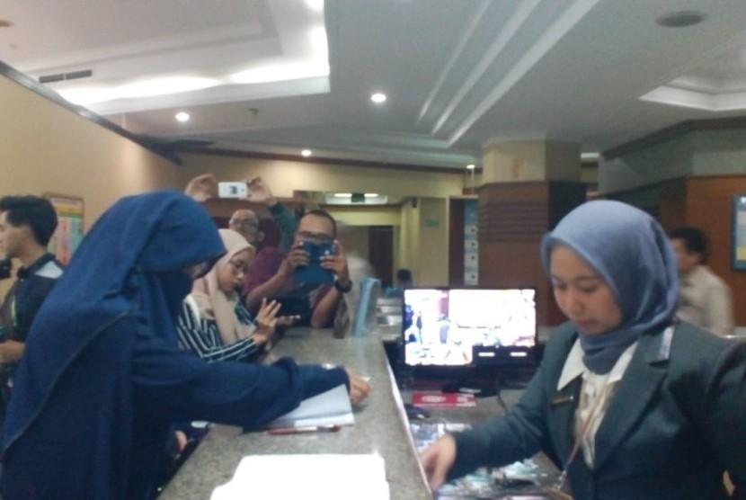Dosen Menggugat: Mantan Dosen IAIN Bukit Tinggi, Hayati tiba di kantor Badan Kepegawaian Negara (BKN) pada Senin (3/3). Hayati tiba untuk menggugat pemecatannya.
