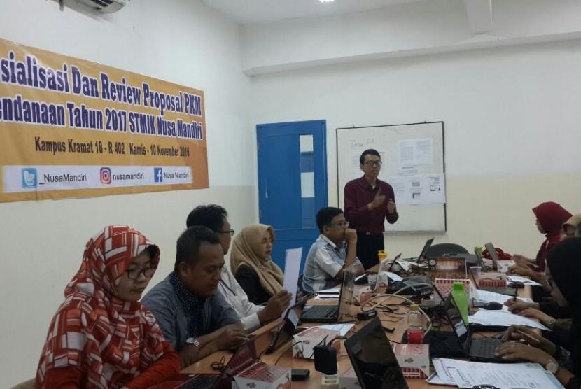 Dosen pendamping PKM mahasiswa STMIK Nusa Mandiri sedang mereview dan menyeleksi proposal pendanaan PKM 2017.