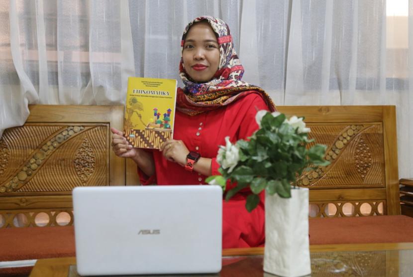Dosen Universitas Muhammadiyah Malang (UMM),Dyah Worowirowirastri Ekowati, mencoba mengenalkan budaya melalui Matematika.