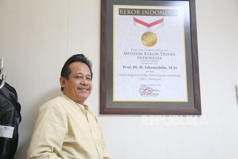 Dosen Universitas Muhammadiyah Malang (UMM), Profesor Ishomuddin, belum  lama ini memperoleh penghargaan bergengsi dari Museum Rekor-Dunia Indonesia  (MURI).