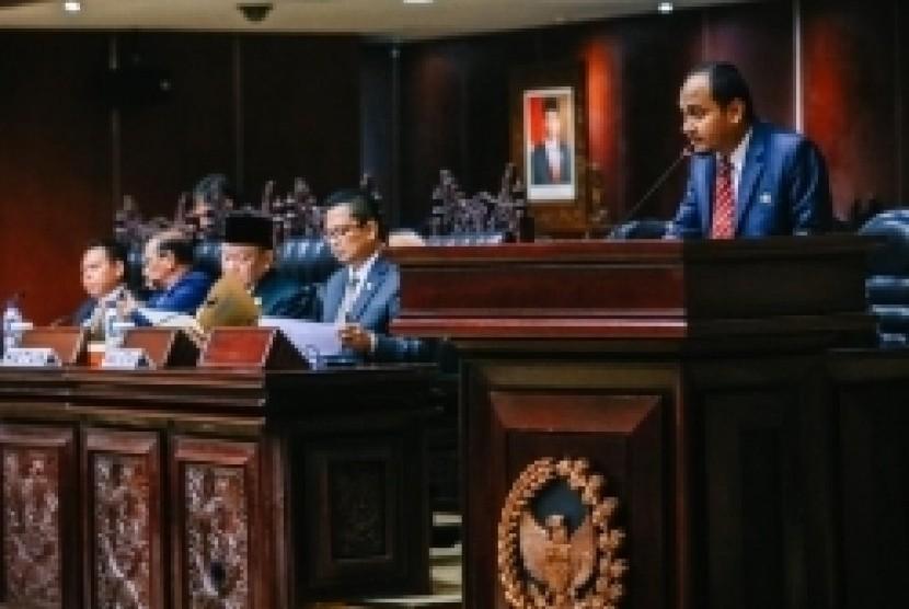 DPD RI Akan Kawal RUU Cipta Kerja Agar Tidak Merugikan Daerah, dinamika pembahasan draf RUU Cipta Kerja / Omnibus Law yang diajukan pemerintah diharapkan tidak menjadikan RUU ini untuk tidak berpihak kepada daerah.  Hal itu diungkap pada Sidang Paripurna DPD RI ke-8 Masa Sidang II Tahun Sidang 2019-2020, di Gedung Nusantara V, Komplek Parlemen Senayan, Kamis, (27/2).