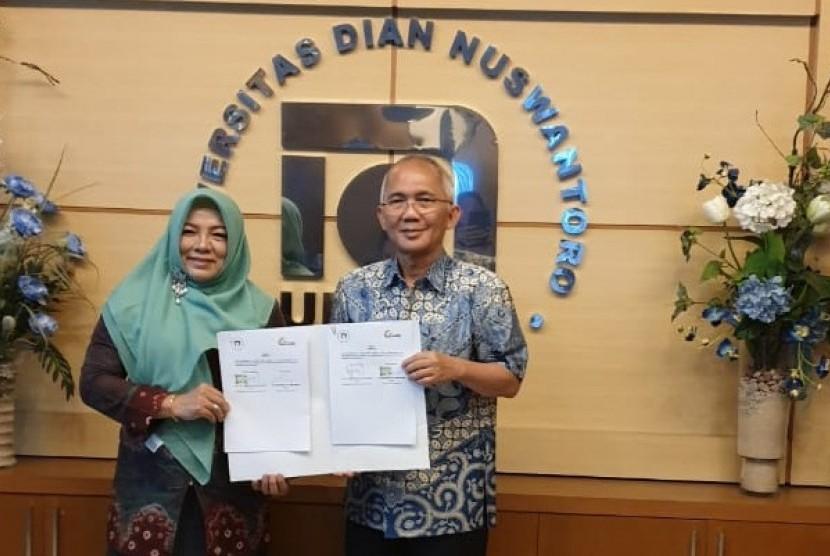 Dr Dwiza Riana dan Prof Dr Ir Edi Noersasongko pasca penandatanganan nota kesepahaman.