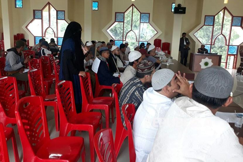 Dr Hayati Syafri, dosen IAIN Bukittinggi yang nonaktif mengajar lantaran keputusannya bercadar, hadir dalam musyawarah akbar ormas Islam, Ahad (25/3). Pertemuan tersebut membahas upaya dialog dengan IAIN Bukittinggi terkait pembatasan cadar di kampus.