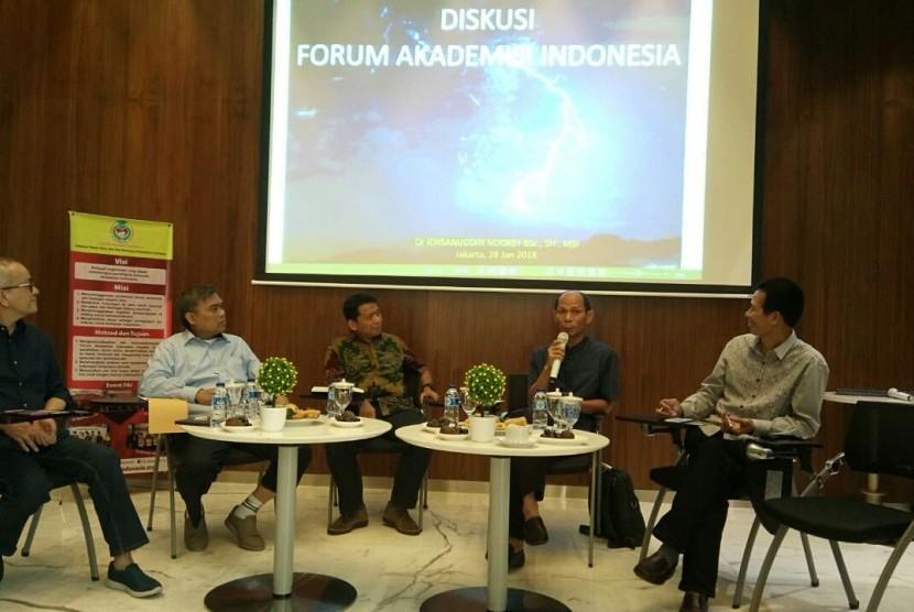 Dr Ichsanuddin Noorsy bersama nara sumber lainnya menyampaikan pandangannya dalam Focus Group Discussion (FGD) yang diadakan oleh Forum Akademisi Indonesia.