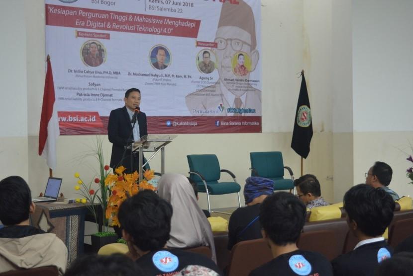 Dr. Indra Cahya Uno saat menjadi pembicara di Seminar BSI Digination yang diselenggarakan di Bina Sarana Informatika (BSI) kampus Bogor yang bertajuk 'Kesiapan Perguruan Tinggi dan Mahasiswa Dalam Menghadapi Era Digital & Revolusi Teknologi 4.0' di aula AMIK BSI Bogor, Senin (4/6).