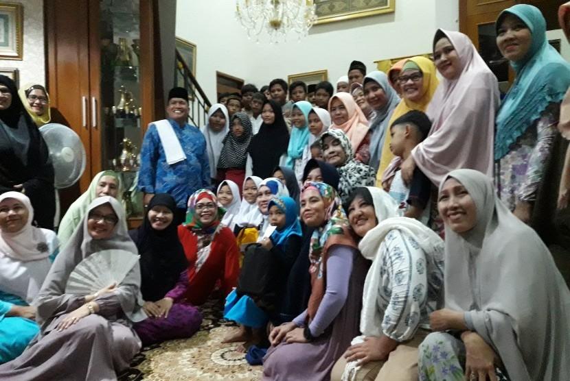 Dr KH Hasan Basri Tanjung (berbaju biru dan bersorban), bersama alumni SMP 85 Jakarta angkatan 85, dan anak-anak yatim binaan Yayasan Kesejahteraan Sosial (YKS) Depok.