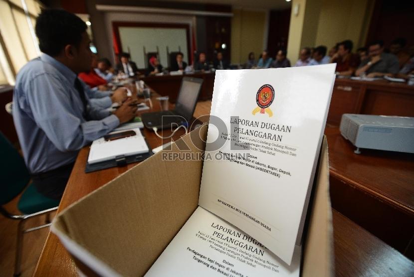 Draft laporan dugaan pelanggaran disediakan sebelum dibagikan kepada terlapor saat sidang perdana dugaan kartel daging sapi di Gedung KPPU, Jakarta, Selasa (15/9).  (Republika/Raisan Al Farisi)
