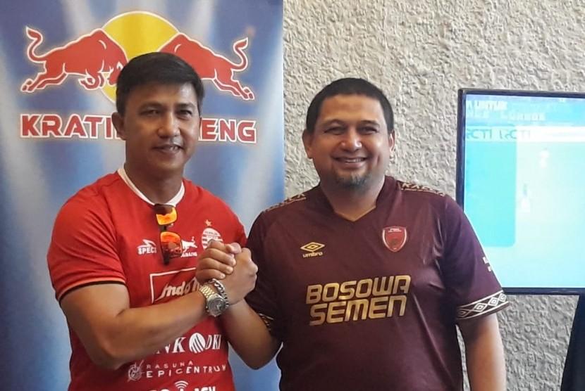 Drawing Piala Indonesia oleh Manager Persija Jakarta Ardhi Tjahjoko (kiri) dan Manajer PSM Makassar, Munafri Arifuddin di Garuda Sports Cafe, Senanyan, Jakarta pada Selasa (9/7).