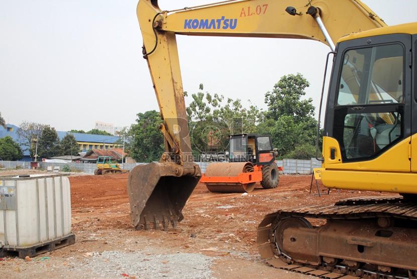 Dua alat berat yang berada di dalam proyek MRT LebakBulus, Jakarta Selatan, Selasa (7/10).  (foto  :  MgROL30)