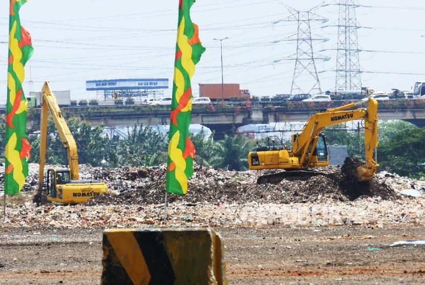Dua buah alat berat sedang mengeruk tanah di lokasi Taman BMW, Jakarta, Senin (9/10).